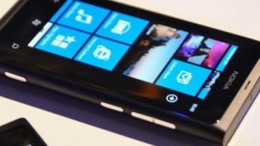 Nokia, il Lumia 800 sottoposto al test della resistenza del display Gorilla Glass