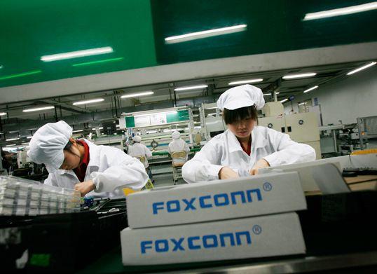 """Foxconn: iniziata la produzione con """"braccia robotiche"""""""