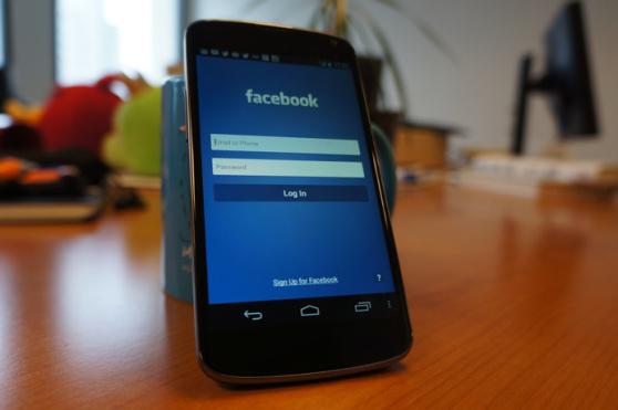 Facebook Phone: immagine del device HTC con schermata Android